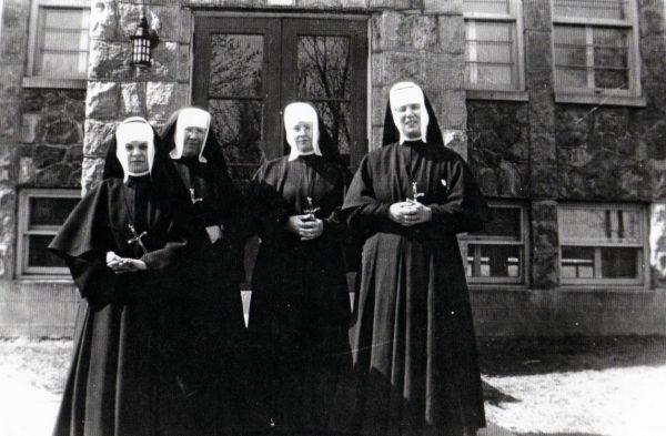 Les Sœurs des Saints Noms de Jésus et de Marie à l'École du village