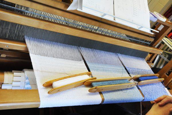 Trois sortes de débarbouillettes différentes peuvent être tissées de manière simultanée, celles-ci sont réalisées par Madame Gisèle Larocque.
