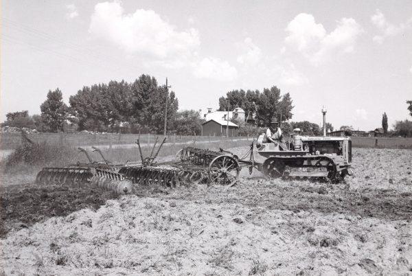 Travail à la ferme (hersage), Villa Grand Coteau